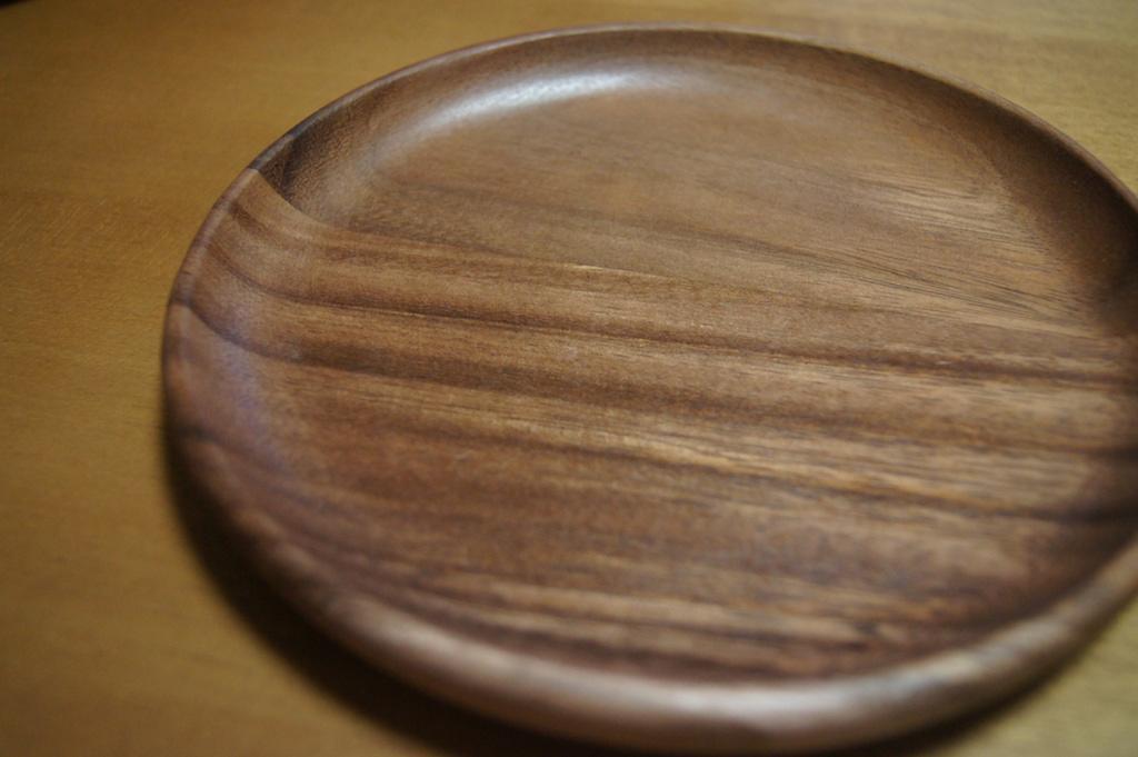 お気に入り♪コーナンで買った木(アカシア)のお皿。